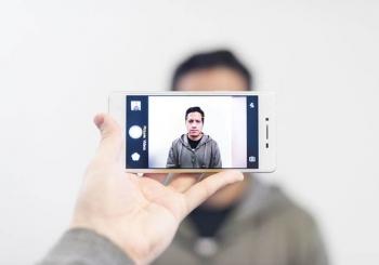 چطور از خودمان یک عکس مناسب برای پاسپورت و یا ثبت نام لاتاری بگیریم؟