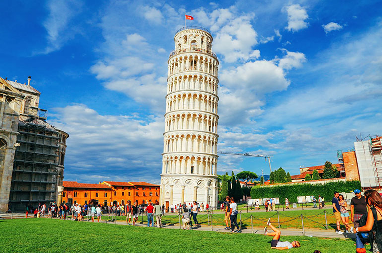 4) برج کج پیزا (Leaning Tower of Pisa)